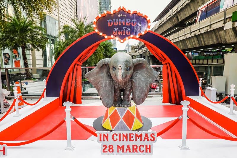 迪斯尼Dumbo逗人喜爱的飞行的大象模型在电影在剧院的Dumbo显示的站着看的人的 免版税库存照片