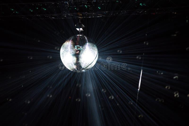 迪斯科垂悬在一个减速火箭的党的镜子球 免版税库存图片