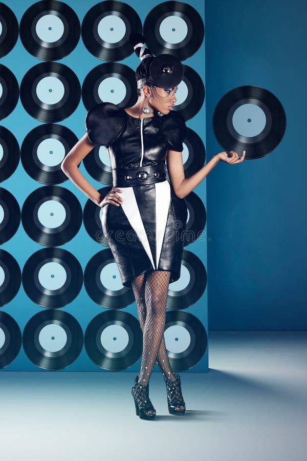 迪斯科非洲妇女站立与唱片 库存照片