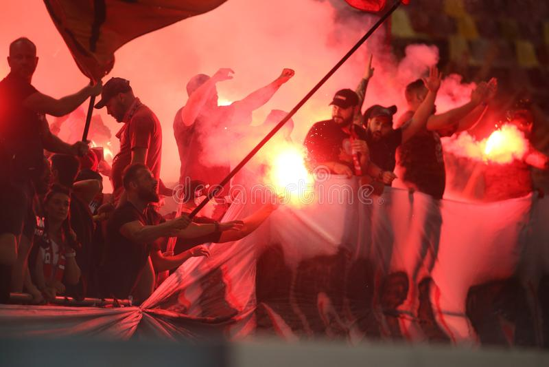 迪纳莫队布加勒斯特支持者举行火炬 免版税库存照片