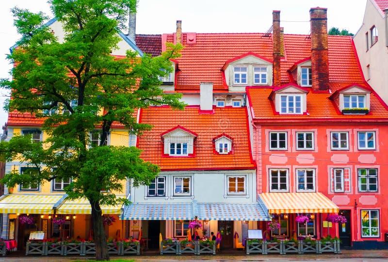 迷人的五颜六色的咖啡馆和餐馆大厦 库存图片