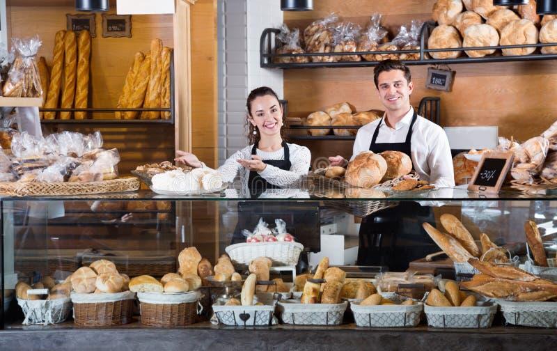 迷人的夫妇画象在面包店显示的用酥皮点心 库存照片