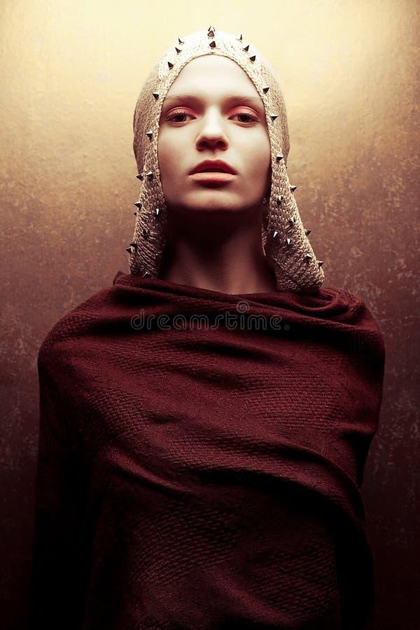 迷人的女王/王后战士艺术时尚画象金黄海角的 图库摄影