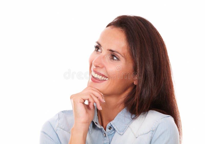 迷人的妇女朝她的右边看 免版税库存照片