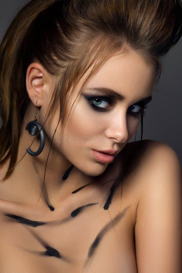年轻迷人的妇女秀丽画象有时尚构成的 免版税库存照片