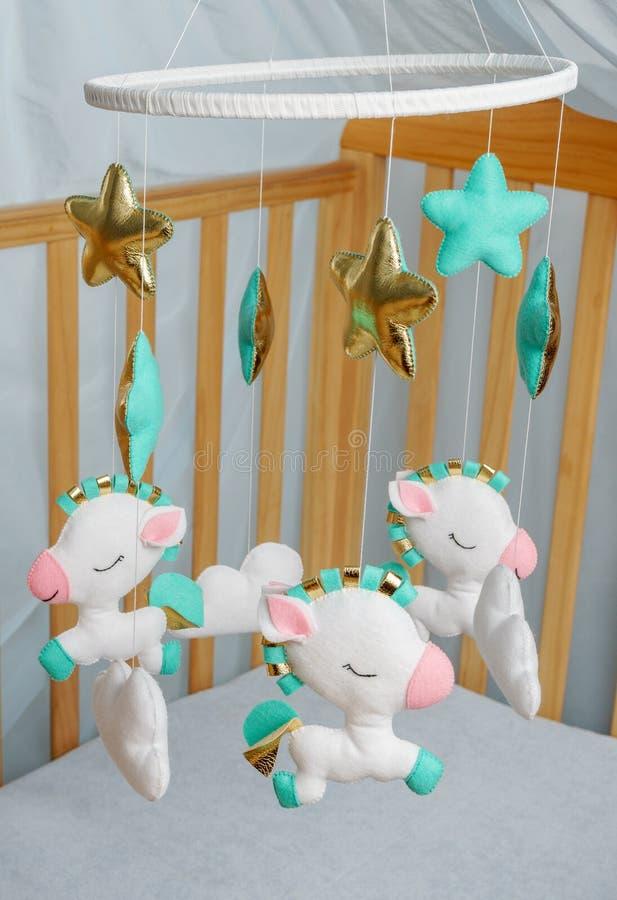 迷人的婴孩小儿床机动性-孩子玩具,做由毛毡 儿童的晚安 免版税图库摄影