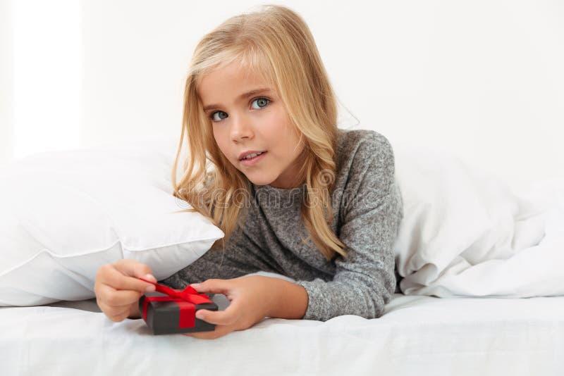 迷人的小女孩特写镜头画象有当前说谎的  免版税库存图片