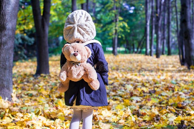 迷人的小女孩背面图有a的 库存图片