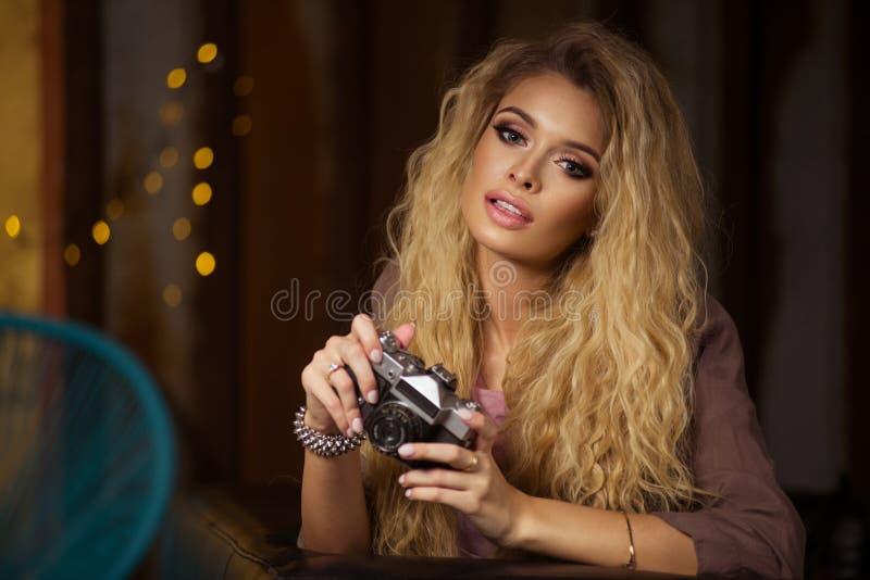 迷人的弯曲的白肤金发的妇女 库存图片
