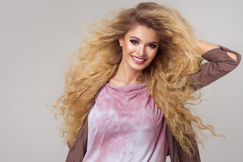 迷人的弯曲的白肤金发的妇女 免版税库存图片