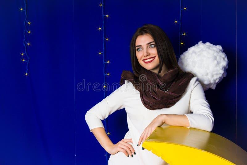 迷人的微笑美丽的女孩 免版税库存照片