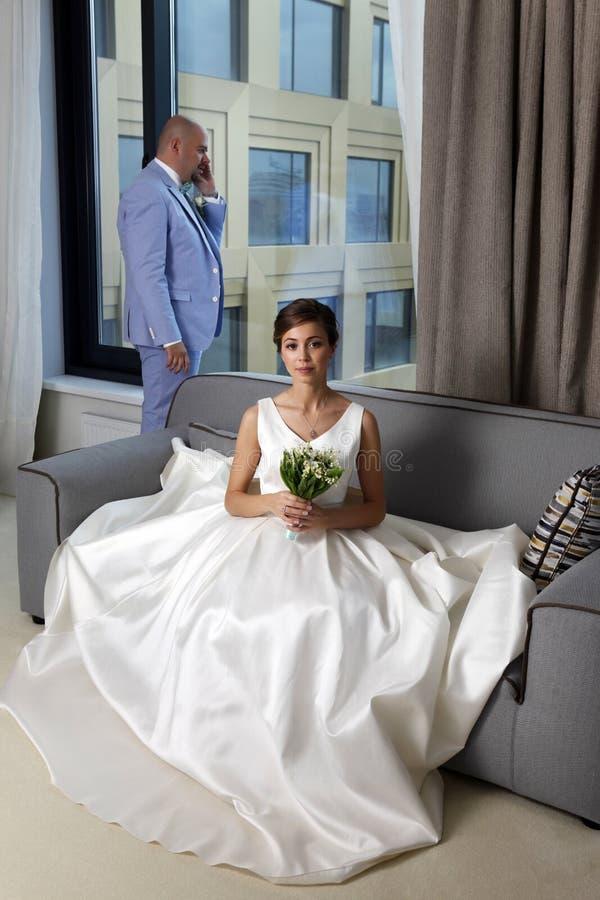 迷人的新娘和新郎 免版税库存照片
