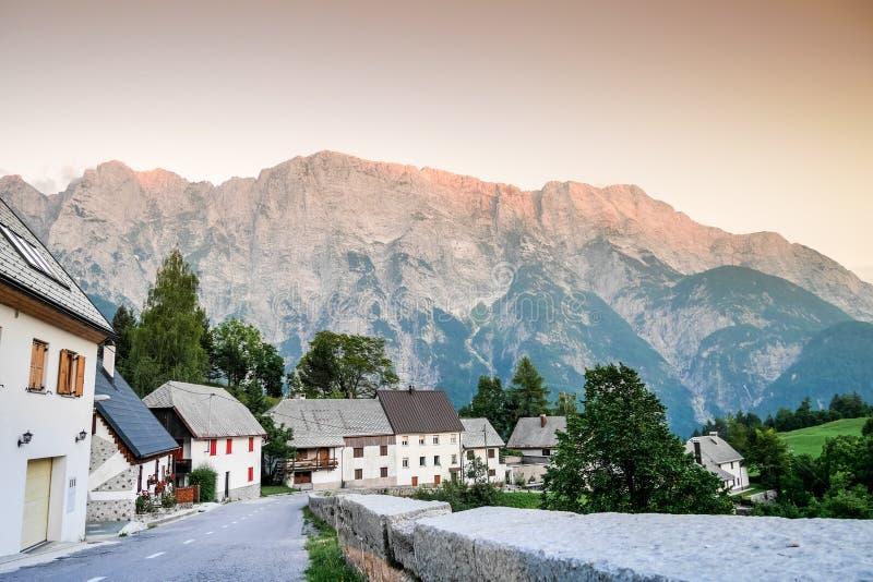 迷人的村庄在特里格拉夫峰国家公园,斯洛文尼亚 免版税库存照片