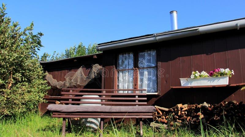 迷人的渔夫小屋和小庭院 免版税库存照片