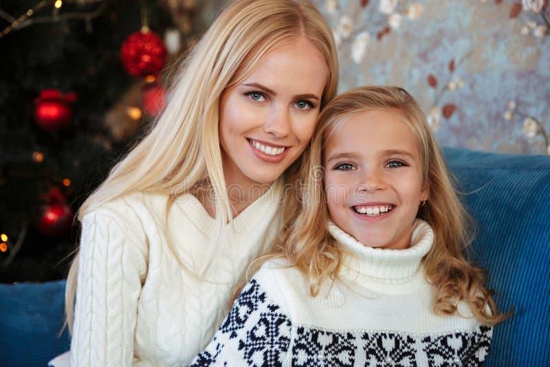 迷人的白肤金发的母亲和女儿开会特写镜头画象  库存图片