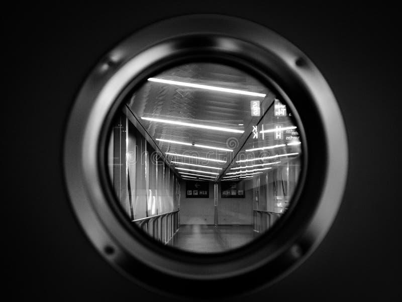 迷人的看法通过机场的门舱口盖 库存图片
