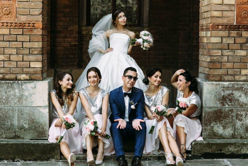 迷人的礼服的女傧相与夫妇结婚 库存图片