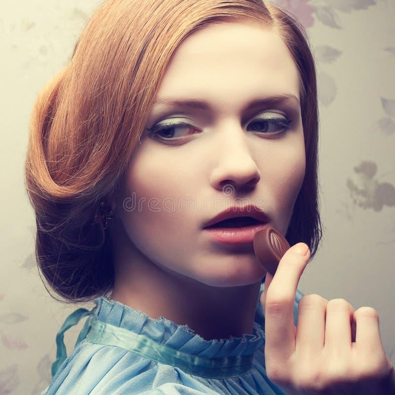 迷人的红发姜女孩葡萄酒画象  免版税库存照片