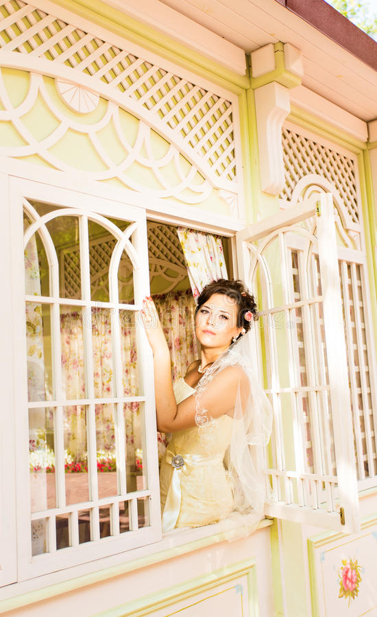 迷人的美丽的年轻新娘坐 库存图片
