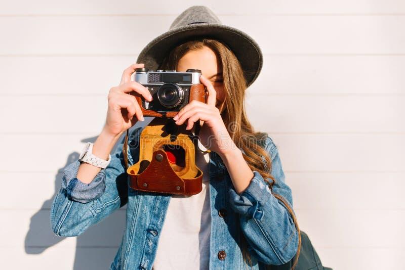 迷住使新的照片的女性摄影师特写镜头画象外部与老专业照相机 r 图库摄影