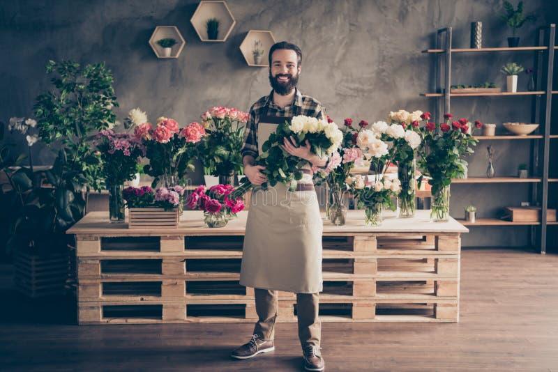 迷住可爱的好的千福年的人小企业代表性举行手玫瑰全长身体尺寸视图照片  库存照片