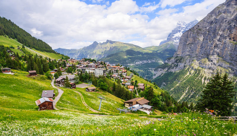 迷住Murren山村美好的风景视图有卢达本纳谷和瑞士人阿尔卑斯背景,少女峰地区 免版税库存图片