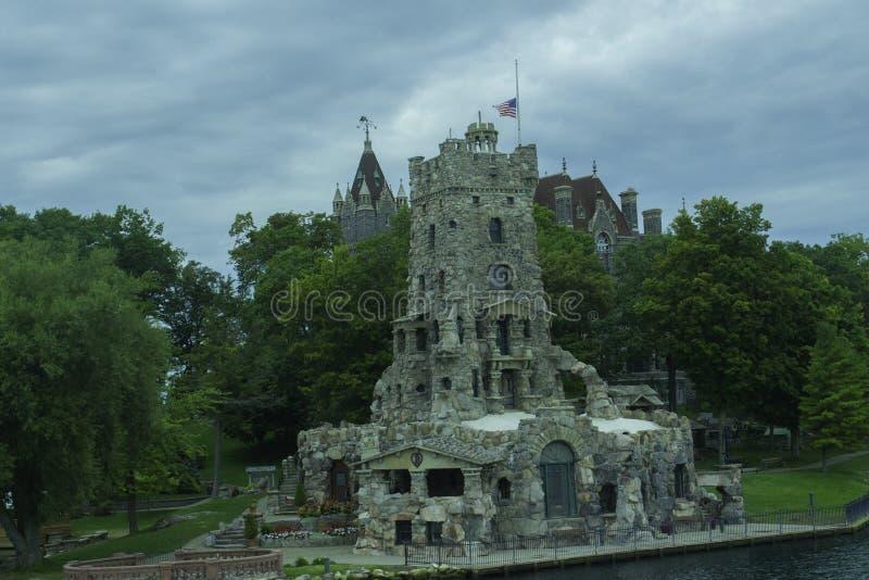 迷你城堡通向更大的城堡 库存照片