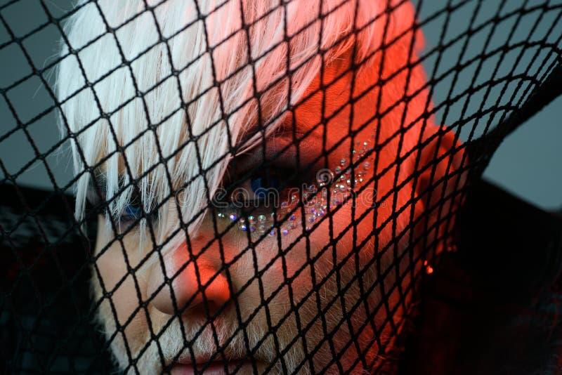 迷信时尚 变性人与渔网的盖子面孔 男性构成神色 BDSM时装配件 异性爱人与 库存图片