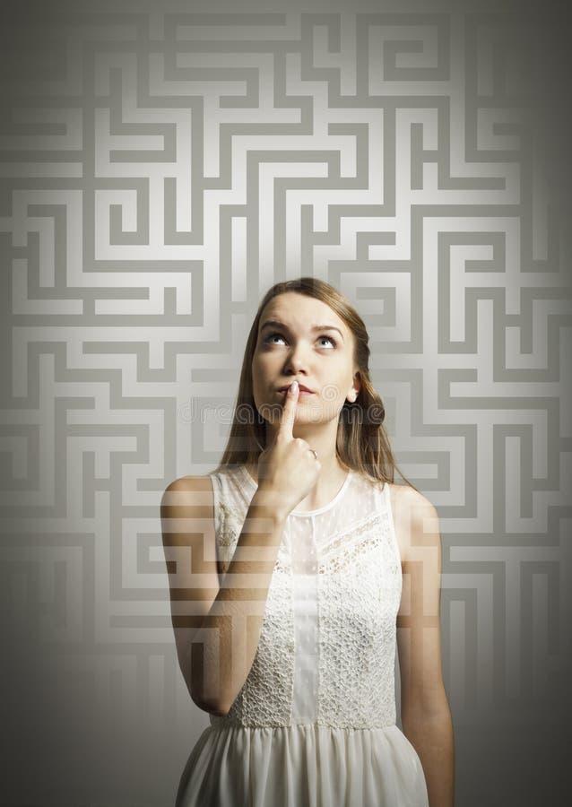 迷宫。解决问题的白色的女孩。 免版税库存照片