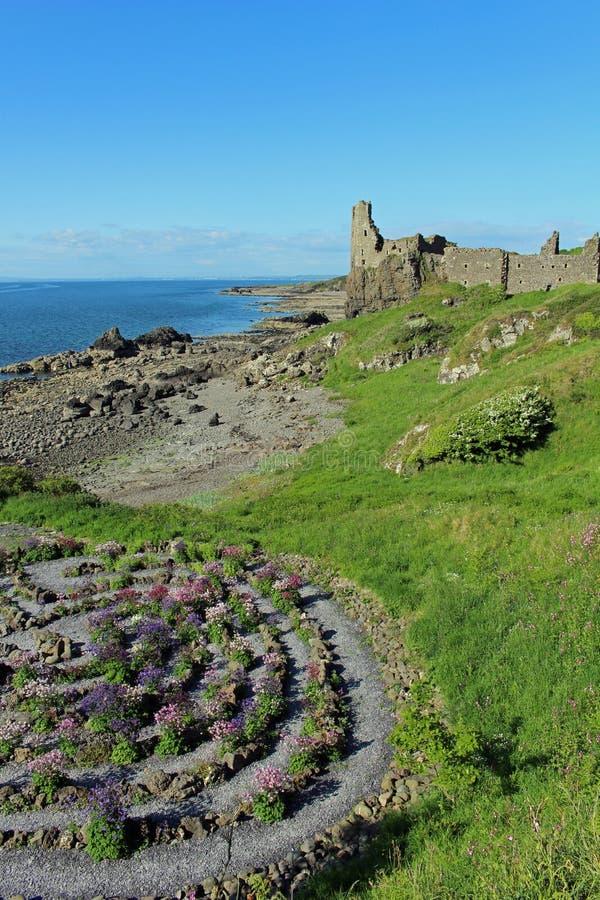 迷宫和被破坏的城堡Dunure,南艾尔郡 免版税库存照片