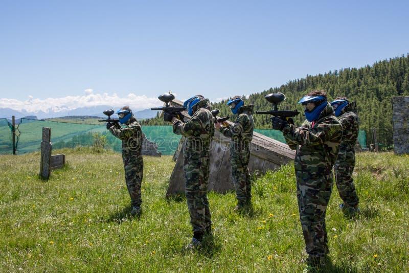 迷彩漆弹运动准备好的队员战斗 免版税库存照片