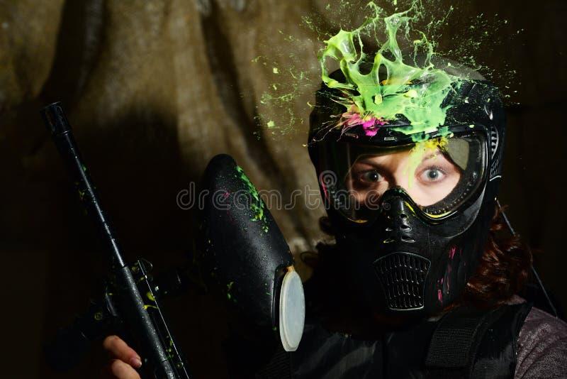 迷彩漆弹运动在直接命中以后的比赛飞溅在保护的面具 免版税库存图片