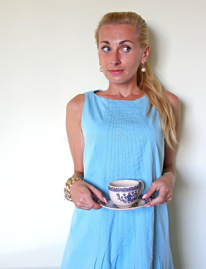 迷惑或困惑的一个白肤金发的女孩 免版税图库摄影