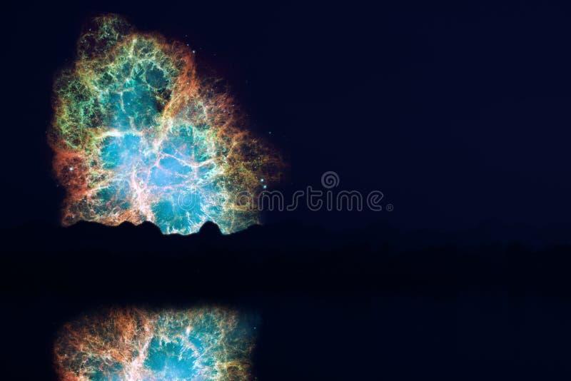 迷离反射Crabmosaic星系星云在夜云彩日落天空剪影树 库存图片