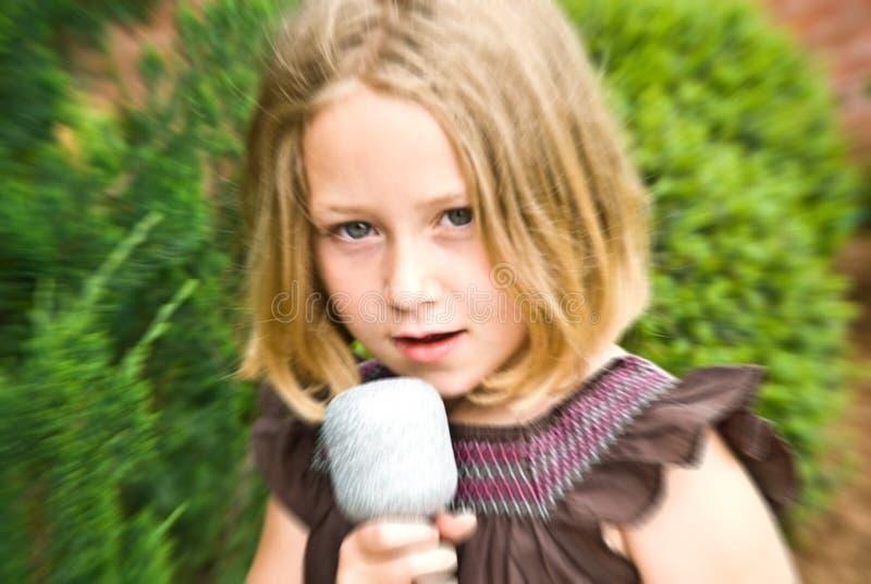迷离女孩唱歌年轻人 库存图片