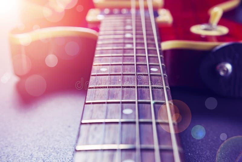 迷离接近的电重点片段吉他红色有选择性的字符串 概念电吉他例证音乐 在a的葡萄酒吉他 免版税库存照片