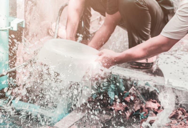 迷离水管工运作的修理破裂的导管和替换在孔用水行动在路旁 免版税库存照片