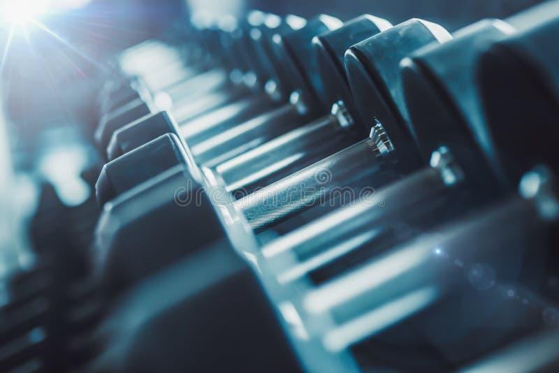 迷离设备和机器在空的现代健身房屋子 Fitnes 免版税库存图片
