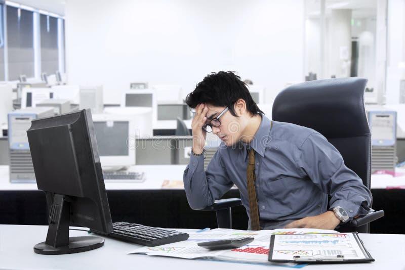 迷茫的亚洲商人在办公室 免版税库存照片