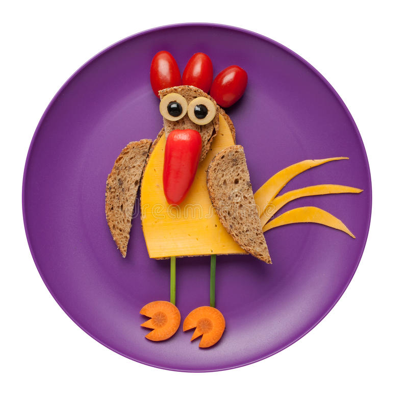 迷茫的公鸡由面包、乳酪和菜做成 免版税库存照片