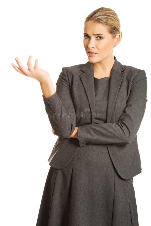 迷茫的妇女陈列激怒姿态 免版税库存照片