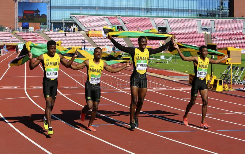 追捕与旗子的牙买加4x100接力队获得在国际田联世界U20冠军的银牌在坦佩雷,芬兰 库存照片