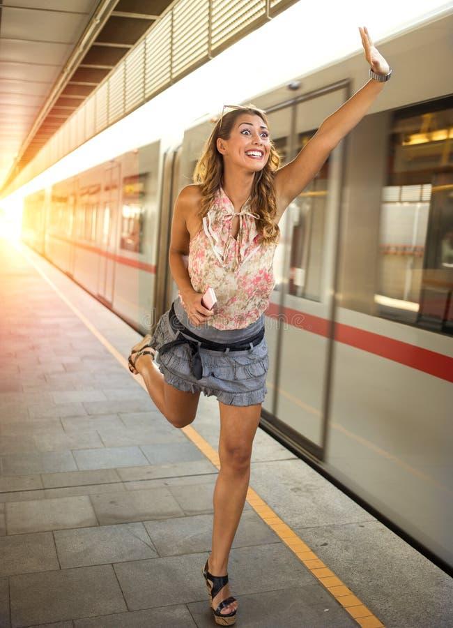 追捕火车的美丽的少妇 库存图片