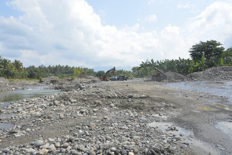 追猎沙子在Mal河床, Matanao,南达沃省,菲律宾 库存图片