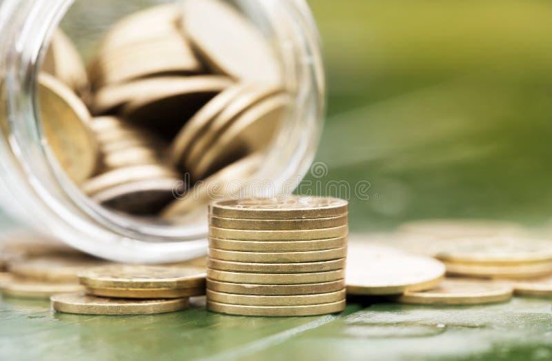 退休收入概念-金金钱硬币 免版税库存照片