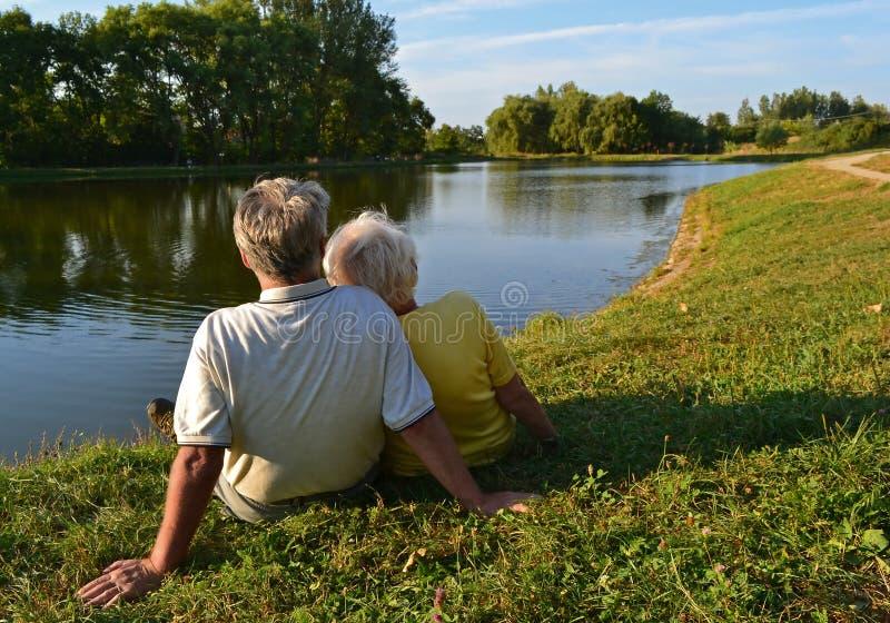 退休的夫妇放松 免版税库存照片