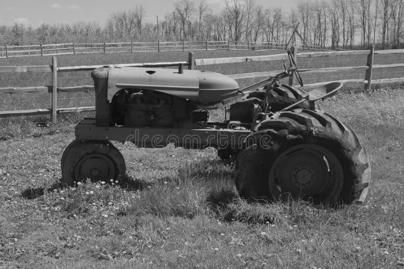 退休的老拖拉机 免版税库存照片