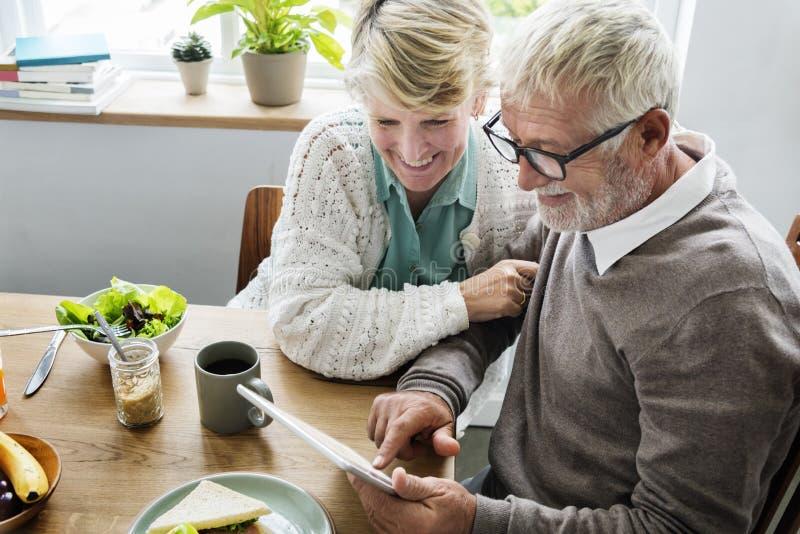 退休资深夫妇生活方式生存概念 免版税库存图片