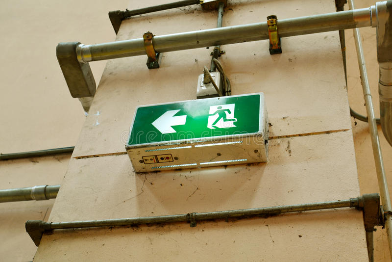 退出标志在砖墙上的火警 免版税图库摄影
