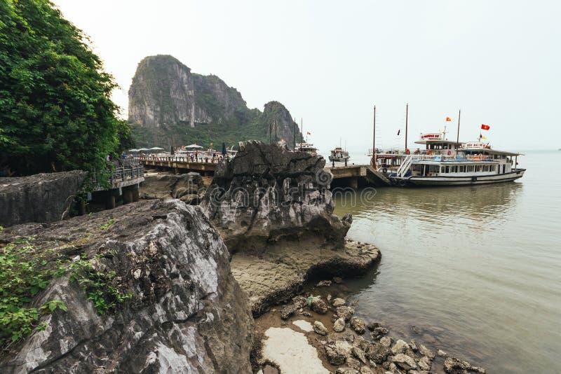 退出由石头做并且导致旅游巡航在夏天在下龙湾在广宁省,越南东Thien Cung洞的方式  免版税库存照片